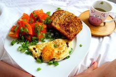 Sobotnie śniadanie w łóżku 😁 Omlet z kabanosem, szczypiorkiem, pomidorami i tostami 🍅 🍳🌱 Do tego oczywiście kawa ☕️🙂---> Zapraszam na moją stronę na fb https://m.facebook.com/eatdrinklooklove/ ❤ . . Saturday breakfast in bed 😁 Omelette with kabanos, chives, tomatoes and toast 🍅🍳🌱And of course coffee ☕️🙂 ---> I invite you to my page on fb https://m.facebook.com/eatdrinklooklove/ ❤