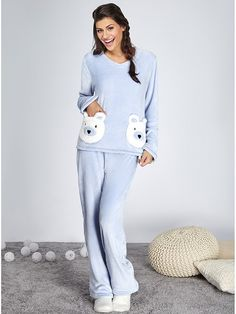 Para noites de conforto, quentinhas e descontraídas: pijamas! A cor hit da estação vem para deixar suas noites calmas e leves. Feito de soft, super quentinho e macio, com modelagem soltinha proporcionando muito conforto. Vem com uma blusa, possui dois bolsos em formato de urso na frente, e uma calça com cós de elástico.Tecido: softComposição: 100% poliésterDica: Todas as nossas peças possuem uma etiqueta com instruções de lavagem. Siga-as para manter a qualidade e a durabilidade do…