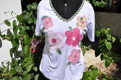 Camiseta branca,tamanho G,mangas curtas,decote em V,com aplicacao de flores rosas.    Aceitamos encomendas em outros tamanhos e cores! R$35,00