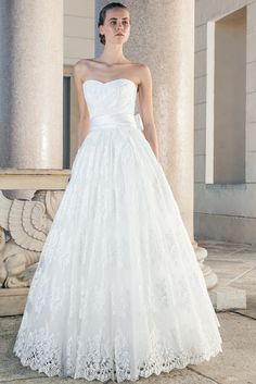 Timeless and elegant, this ball gown embodies romance combining French lace and tulle. The neckline is sweetheart and strapless