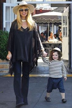 Rachel Zoe is known for her capes because she pulls them off so well and so often. Capes are an easy way to be on-trend and comfortable at the same time. #rachelzoe #celebstyle