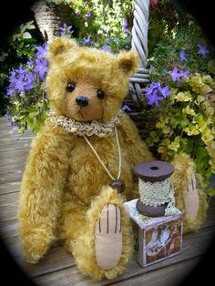 Honey. A sweet teddybeer made of soft German Mohair.