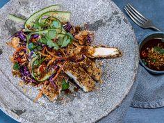 Råkostsalat med sesampanert kylling og soyadressing | Godt.no Paella, Healthy Recipes, Healthy Food, Dressing, Chicken, Dinner, Cooking, Ethnic Recipes, Bowls