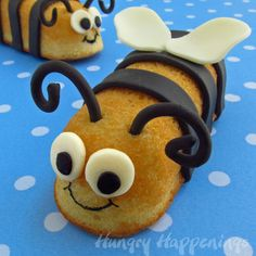 Snack Cake Stingers Turn Twinkies into bumble bees for a fun treat. Modeling chocolate makes this edible craft easy to do. The post Snack Cake Stingers was featured on Fun Family Crafts. Edible Crafts, Bee Crafts, Food Crafts, Diy Food, Kids Crafts, Chocolate Chip Cookies, Modeling Chocolate, How To Make Chocolate, Chocolate Making
