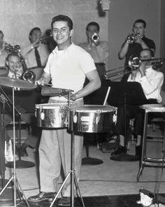 Ernesto Antonio Puente (Nueva York, 20 de abril de 19231 2 - 31 de mayo del 20003 4 ), conocido como Tito Puente, fue un percusionista nacido en los Estados Unidos, aunque de origen puertorriqueño, que desarrolló su trabajo en el campo de la música cubana (son montuno, chachachá, mambo, bolero, pachanga, guaracha), y del jazz afrocubano, el jazz latino, o la salsa.