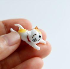 Super tiny super adorable cat miniature - 100% handmade with lampwork glass.