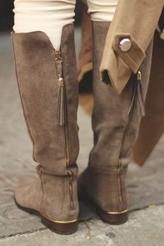 Fall flat boots. tassels. gold details.