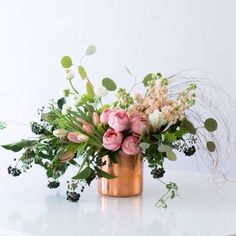 Click the link in our bio to learn how to turn fresh market bunches into a stunning floral display in minutes. Flowers by Lauren Sabo of @botanyandco Photo by @cpienaarphoto