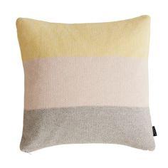 Das OYOY Kissen Pearl ist quer gestreift. Drei Blockstreifen verlaufen von oben nach unten in Gelb, Rosa und Grau. Seine herrlich weiche Kissenhülle ist im Perlmuster gestrickt. Dadurch entsteht eine gleichmäßige Oberfläche. In der...