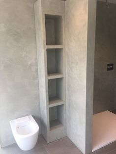 Beton ciré is ook geschikt op badkamer meubels Bathroom Design Inspiration, Bad Inspiration, Tiny House Bathroom, Bathroom Design Small, Modern Small House Design, Beton Design, Small Toilet, Home Decor Kitchen, House Rooms