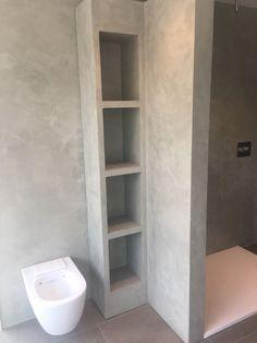 Beton ciré is ook geschikt op badkamer meubels Small Bathroom Storage, Tiny House Bathroom, Bathroom Toilets, Basement Bathroom, Bathroom Design Inspiration, Bad Inspiration, Bathroom Design Luxury, Modern Bathroom Design, Beton Design