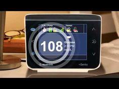 Monitor remoto de glicosímetro. O cuidador de idosos pode monitorar a distância, de outro cômodo da casa.