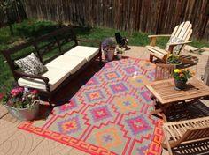 Arredare gli spazi aperti con i tappeti - Tappeti da esterno dalle tonalità calde per personalizzare l'area relax.