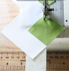 "Sewing - Handy trick from Cluck Cluck Sew - ""Triangle Corner Trick"". Instead of drawing pencil lines from corner to corner, place tape along the bed of your machine in line with your needle, and keep your corners in line with that instead! Quilting Tools, Quilting Tutorials, Quilting Projects, Quilting Designs, Sewing Tutorials, Sewing Projects, Quilting Ideas, Techniques Textiles, Techniques Couture"