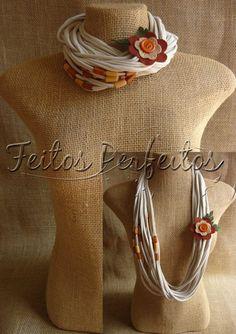 FEITOS PERFEITOS: COLAR DE MALHA Yarn Necklace, Fabric Necklace, Scarf Jewelry, Textile Jewelry, Fabric Jewelry, Jewellery, Necklaces, Jewelry Crafts, Handmade Jewelry