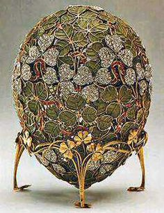 "The ""Clover Leaf"" Faberge Egg ~ made in 1902 for Tzar Nicholas II as an Easter gift to his wife. It is one of the few Faberge eggs that have never left Russia. The thin gold ribbon & transparent green enamel construction make it too fragile to travel. Art Nouveau, Fabrege Eggs, Faberge Jewelry, Egg Art, Objet D'art, Russian Art, Egg Decorating, Green And Gold, Retro Vintage"