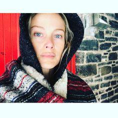 "Polubienia: 3,788, komentarze: 69 – Carolyn Murphy (@carolynmurphy) na Instagramie: ""Red nose 👁🔴👁red door #cold #snowday #dogs"""