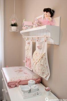 quarto bebe decorado com enxoval rosa e branco de passarinhos