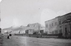 Αθήνα 1895. Σπανιότατη εικόνα!!! Οδός Τοσίτσα. Δεξιά το Εθνικό Μετσόβιο Πολυτεχνείο, κτήριο Αβέρωφ, έργο του αρχιτέκτονα Λύσανδρου Καυτανζόγλου [γεν. 1811 – † 5.10.1885]. Ο φωτογράφος στεκόταν πλάτη στην οδό Πατησίων. Στη συνέχεια -στη πίσω πλευρά του ΕΜΠ - καταγράφεται ένα διώροφο συγκρότημα κτισμάτων σε σχήμα Π. Θα πρέπει να ήταν εργοστάσιο γιατί στη εσωτερική αυλή υπάρχει μια υψικάμινος.