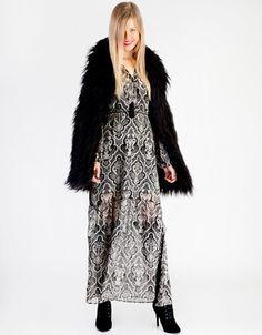 Φόρεμα maxi εμπριμέ, μακρυμάνικο, με εσωτερική φόδρα και κουμπιά στο μπροστινό μέρος.