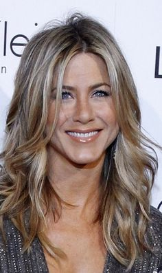 Jennifer Aniston🌷 - New Sites Estilo Jennifer Aniston, Jennifer Aniston Hair Color, Jenifer Aniston, Celebrity Hairstyles, Bob Hairstyles, Brown Blonde Hair, Dark Blonde, Short Haircut, Blonde Highlights
