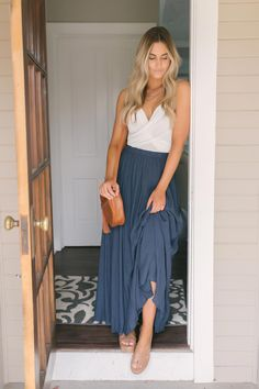 Napa Valley Maxi Skirt - Navy - - Keep it trendy this season! This crinkle woven maxi skirt features an elastic waistband. Style with a basic tank and wedges for a chic, Spring ready look! Source by magnoliaboutique Midi Skirt Outfit Casual, Midi Rock Outfit, Denim Skirt Outfits, Maxi Skirt Outfit Summer, Long Skirt Outfits For Summer, Maxi Skirt Winter, Spring Outfits, Summer Skirts, Napa Valley