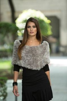 Linda pelerine, made with one of the favorite winter season hairstyles: … - Everything About Knitting Knitted Cape, Crochet Poncho, Knitted Shawls, Fancy Blouse Designs, Business Dresses, Elegant Outfit, Unique Dresses, Dress Patterns, Lace Skirt