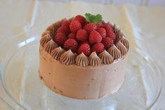Hei! En god sjokoladekake slår aldri feil! Dette er en enkel sjokoladekake, fylt med en deilig sjokoladekrem med litt bringebær på toppen. Sjokoladekremen er en maregnssmørkrem med sjokolade. Den e…