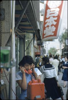 taishou-kun: Marc Riboud Making a call, Tokyo, Japan - 1958 Wow, this was colorized really well! Marc Riboud, Vintage Photography, Film Photography, Street Photography, Old Photos, Vintage Photos, Geisha, Showa Era, Japanese School Uniform