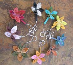 Porte clés fleur en cuir vachette : Porte clés par cuira