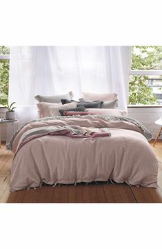 A crisp cotton-and-linen Euro sham provides an effortless finishing touch for a wide range of bedroom décors.
