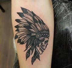 tatouage crane, art corporel sur le bras, dessin à motifs indiens avec tête crâne et couronne ethnique