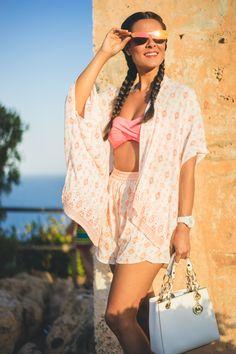 Kimono y shorts Surkana gafas de sol espejos Carrighan bolso blanco Michael…