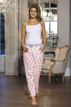 Lasa-te cuprinsa de somn intr-o frumusete florala! Harem Pants, Floral, Fashion, Pajama Pants, Moda, Harem Trousers, Fashion Styles, Flowers, Harlem Pants