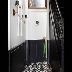 Paint her hallway in color, the perfect deco tip to looker her interior - Elle Décoration - corridor Black Hallway, Black Walls, White Walls, Flat Ideas, Corridor, Elle Decor, Decoration, Entryway, Black And White