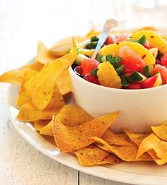 Citrus Salsa with Baked Chips This fiery tomato and citrus salsa recipe is ideal for snacks or for an appetizer at parties. Healthy Recipes For Diabetics, Heart Healthy Recipes, Healthy Snacks, Healthy Eating, Diabetic Recipes, Diabetic Snacks, Healthy Sides, Recipes Appetizers And Snacks, Snack Recipes