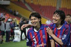 [ AFCチャンピオンズリーグ2012 ブリスベン vs F東京 ] 試合終了後、お互いをねぎらう森重真人と高橋秀人。