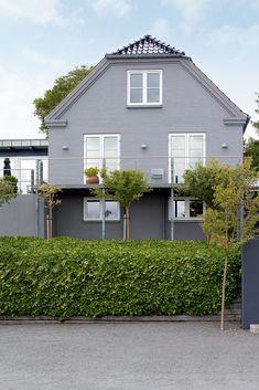 Grå murhus er både klassiske og tidsriktige. Se våre beste tips til deg som skal male murhuset her. Colour Palettes, Garage Doors, Shed, Outdoor Structures, Outdoor Decor, Color, Home Decor, Lily, Color Palettes