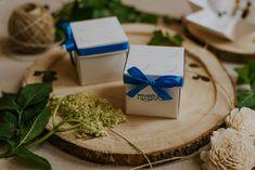 Szatén szalagos masnival díszített, vidám hangulatú esküvői meghívó. Kívül lego építőkockát idéző kinézetű, belül lego esküvői figurák grafikái találhatóak. A tetőt levéve szétnyílik a dobozka és belül olvasható a meghívó szövege. #dobozosmeghívó #esküvőimeghívó #meghívó #kreatívcsiga #weddinginvitation #wedding #invitation #egyedimeghívó #lego Lego, Place Cards, Place Card Holders, Legos