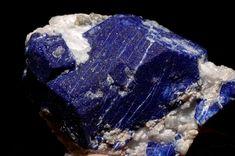 Kaia Joyas: LAS GEMAS AZULES DE LA ORFEBRERIA Lapislázuli se compone de 25 a 40 por ciento de lazurita, además de varios minerales (sodalita, hauyna, calcita y pirita) que influyen en el color y su distribución. Basado en esa composición que varía,lapislázuli se considera una roca, no un mineral.