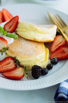 The fluffiest pancakes in the world are these Japanese Souffle Pancakes! Make th… The fluffiest pancakes in the world are these Japanese Souffle Pancakes! Make these for your next brunch at home and serve with fresh berries and whipped cream. Breakfast Desayunos, Breakfast Recipes, Pancake Recipes, Ideas For Breakfast, Breakfast Souffle, Pancake Ideas, Bakery Recipes, Breakfast Smoothies, Souffle Pancakes