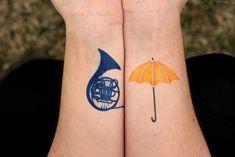 """O site """"Adoro Cinema"""" reuniu imagens de pessoas que decidiram tatuar elementos de sua série televisiva favorita na pele."""