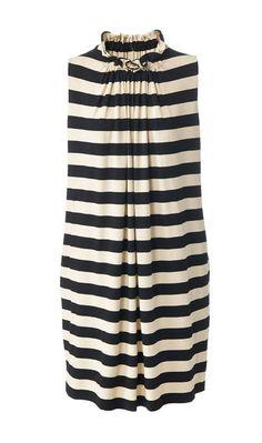 Das Hängerchen-Kleid nähen wir mit Eingrifftaschen und Falten durch Raffung am Ausschnitt. Als Muster nehmen wir einen Streifenstoff.