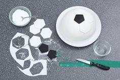 Den ersten Siegerpokal gibt's schon vor dem Spiel für diese tolle Fußball-Torte. Mit unserem Rezept gelingt die Motivtorte in Fußballform ganz einfach.