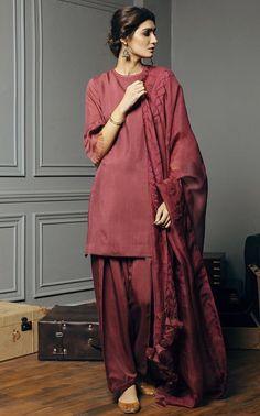 Simple Pakistani Dresses, Pakistani Fashion Casual, Pakistani Bridal Dresses, Pakistani Outfits, Indian Outfits, Pakistani Designer Suits, Pakistani Dress Design, Indian Designer Outfits, Stylish Dresses