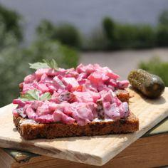Dieser Salat ist ein Brotsalat, der an Fischsalate mit roter Beete erinnert. Der Nordseesalat ist vegan.