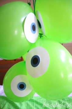 Idea para decoración fiesta temática de Monstruos S. A. Globos verdes con ojos de papel - Monsters Inc party idea. Easy decoration. Green balloon with paper eye taped on for Mike Wazowski