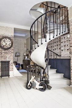 Old fur factory in Paris turned into a loft. I want to live here, not only cause it's in Paris but also because it is a loft. Interior Architecture, Interior And Exterior, Industrial Living, Staircase Design, Rustic Staircase, Vintage Home Decor, Antique Decor, Style Vintage, Vintage Diner
