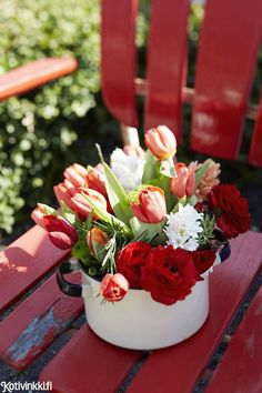 Kauneimmat pääsiäiskukat – 11 ideaa asetelmiin   Kotivinkki Margarita, Planting Flowers, Anna, Table Decorations, Cake, Garden, Desserts, Plants, Food