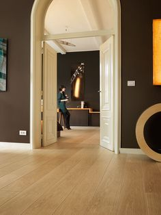 Quick-Step Laminate Flooring - Largo 'Natural varnished oak, planks' (LPU1284) in a classic hallway. To find more hallway inspiration, visit our website: https://www.quick-step.co.uk/en-gb/room-types/choose-the-perfect-hallway-flooring #couloir #inkomhal